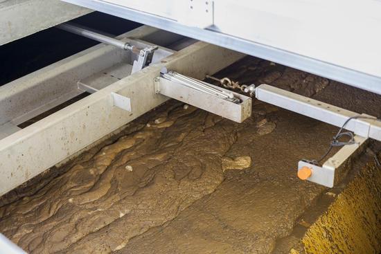 Fjerning av slam i flotasjonsbasseng